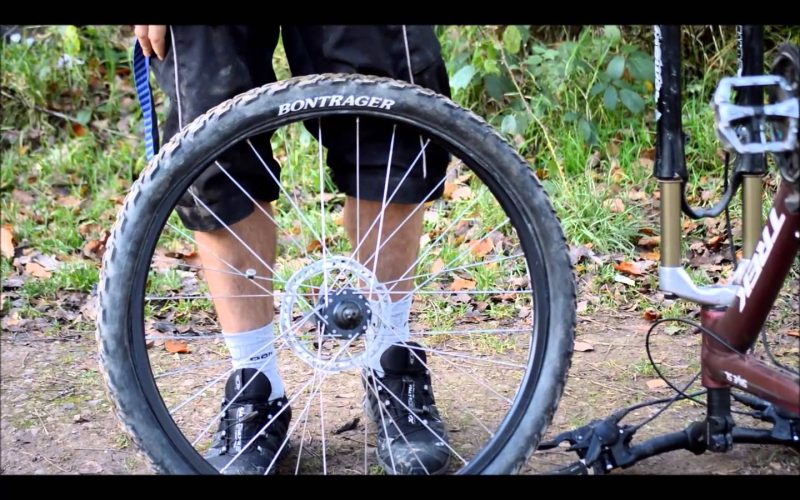 How to repair a mountain bike puncture by replacing the inner tube